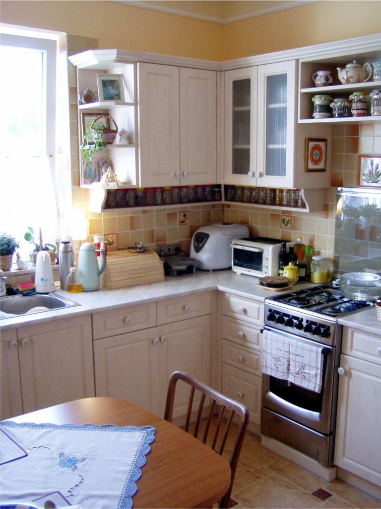 A konyha az újonnan vágot északkeleti ablakkal