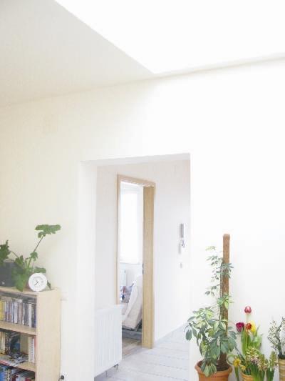 A nappaliból kitekintve látszik az előszoba és a dolgozószoba ajtaja