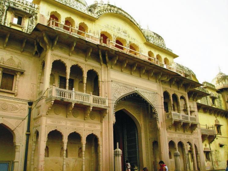 Ennek a csodaszép indiai templomnak az alaprajza csupa derékszögekből áll, a nyílászárói és egyéb díszítőelemei azonban igen változatosak.