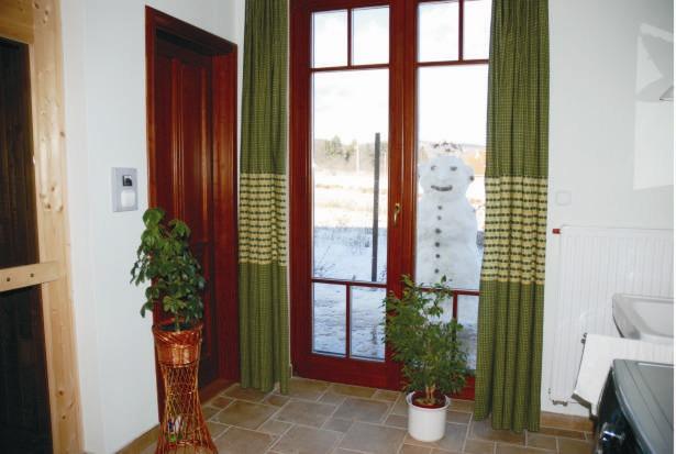 Nagy nyílászáró, sok zöld - még akkor is jót tesz az észak energiáinak, ha (vécé nélküli!) fürdőszoba van ott. Remélem, hamarosan benéz majd a hóember is... :)