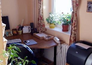 Még ha pici is az irodád, barátságossá teheted néhány cserép virággal és egy szép függönnyel.