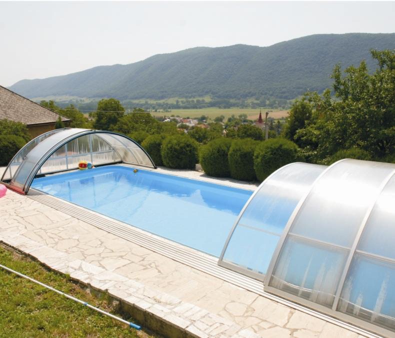 Úszómedence gyönyörű panorámával. (A hegy másik oldala már Magyarország.)