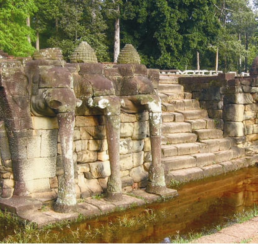 Az elefánt motívum megjelenik a védikus építészetben díszítőelemként. Ezek az elefántok Angkorvatban találhatók.
