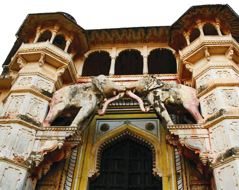 Ez a gyöngyörű elefántos főbejáratű épület az indiai Rajasthan területén található.