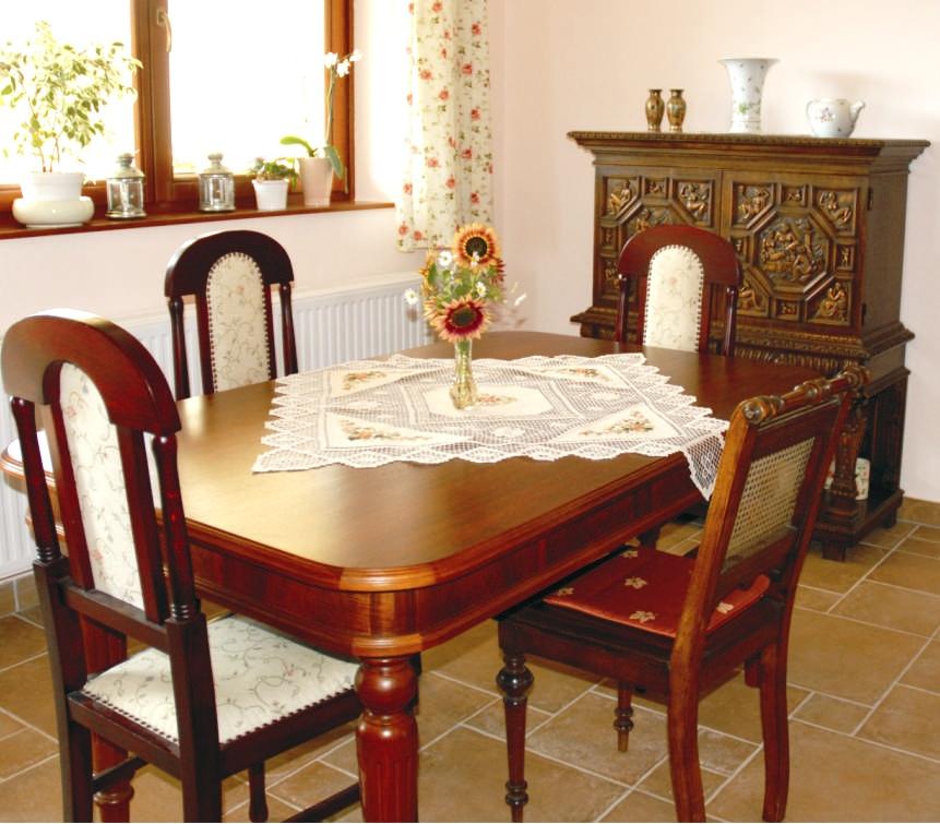 Az étkezőnkben több olyan dolog van, ami jó érzést kelt bennem: a székeket a férjem apukája saját kezűleg újította fel, a szerkényt szintén a férjem szüleitől, a hollóházi vázát a nagymamájától, a terítőt pedig a nővéremtől kaptuk. Szét tárgyak, szép emlékekkel.