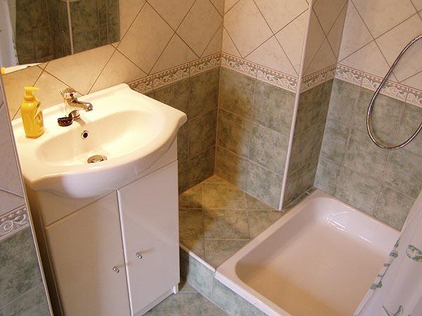 Az ingatlan üzletet természetesen én is kipróbáltam. Ez egy lepukkant állapotban vett lakás felújított északi (vécé nélküli) fürdőszobája.