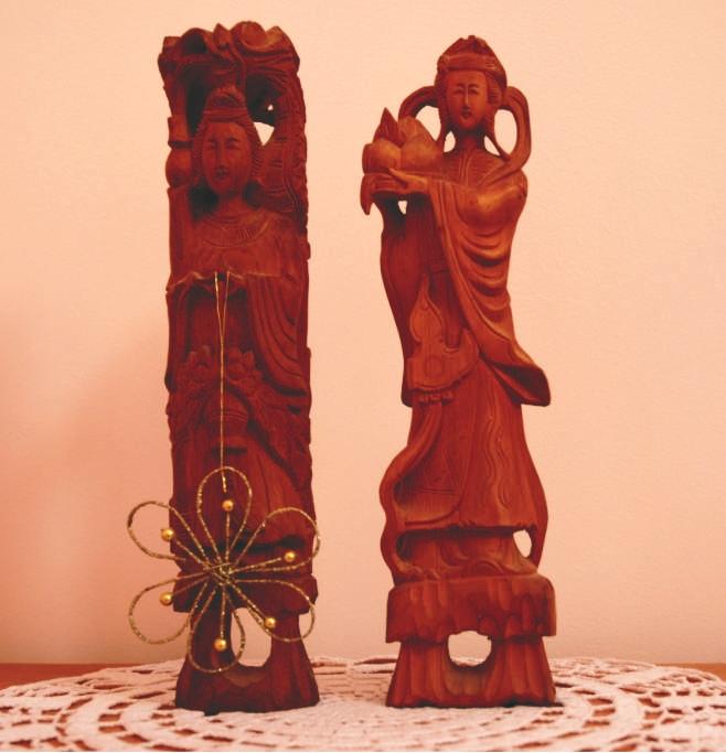 A szantálfából készült szobrokra jó érzés ránézni. A csipketerítőt anyukám horgolta, a bal oldali szoborra akasztott pici díszt az unokahúgomtól kaptam.
