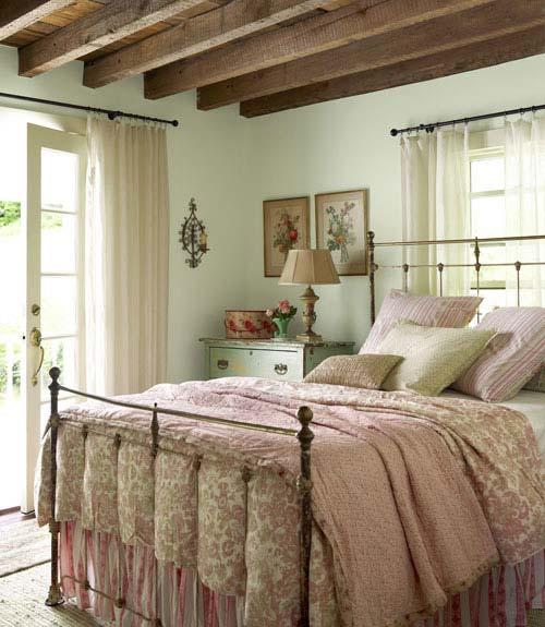 Ebben a hálószobában már jelen van a romantika! Az ágynemű színei és mintái a Vénuszt idézik. (Forrás: countryliving.com)