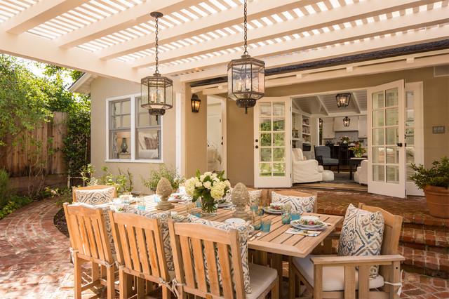 Még akkor is kellemes nyáron a szabadban étkezni, ha nem ennyire gyönyörű a teraszunk