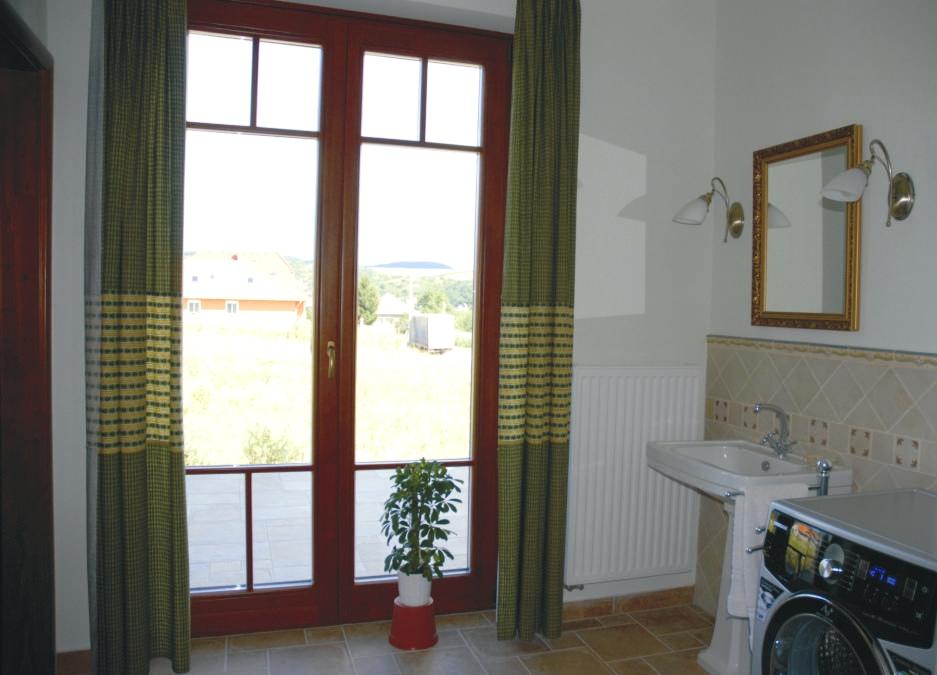 Bár északon van a (vécé nélküli) fürdőszoba, teraszajtónak köszönhetően szép világos, és a pozitív energiák is be tudnak jönni.