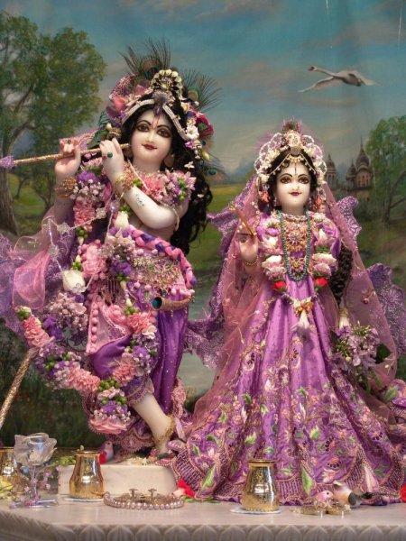 Radha és Krisna, az eredeti Isteni Pár. Ők a forrásai Laksminak és Visnunak, Laksminak és Narasimhának, Parvatinak és Sivának.