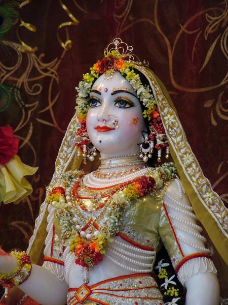 Radha, az eredeti női energia. Az Ő kiterjedése Laksmi-devi és Parvati is. Igaz, hogy ezen a képen nem látszik, de a hitvese most is ott áll a jobbján...