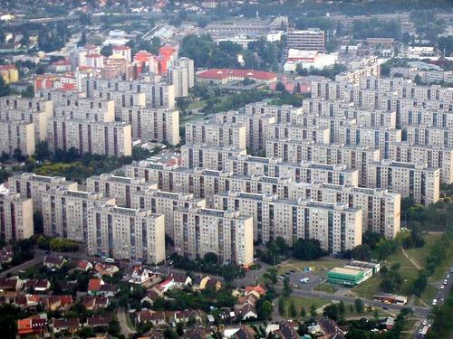 Főiskolás koromban Debrecenben egy halsonló épület 10. emeletén laktam. Szerencsére csak egy évig...
