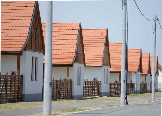 Hasonló házak, hasonló sorsok? Egy biztos: akik ezekbe az ócsai házakba költöznek, korábban már elvesztették az otthonukat...