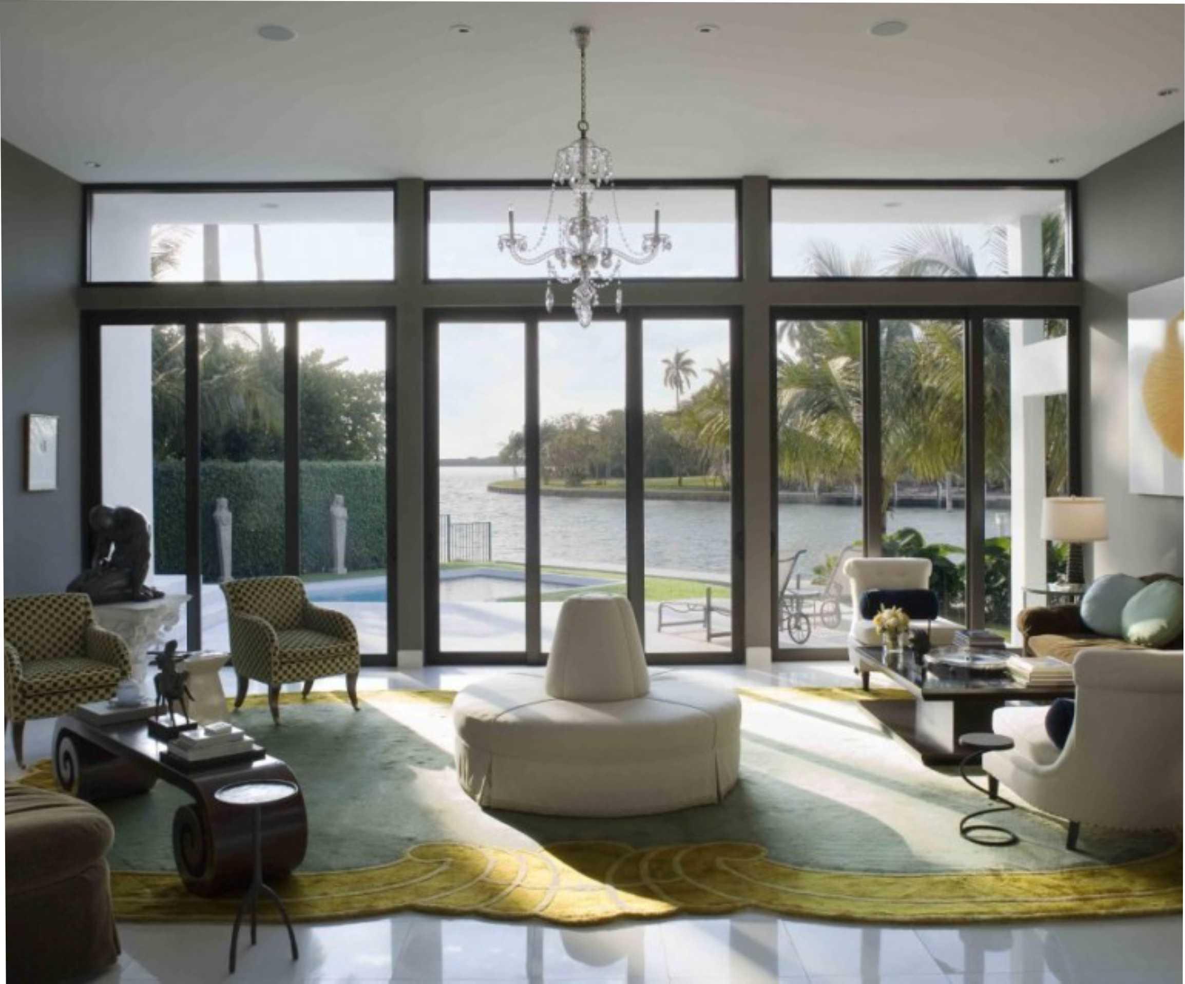 Egy ilyen szép nagy ablakon csak úgy áramlanak be az energiák. De még egy ilyen szobát is elronthatunk a nem megfelelő berendezéssel, szinekkel vagy a rendetlenséggel. (kilerd.com)