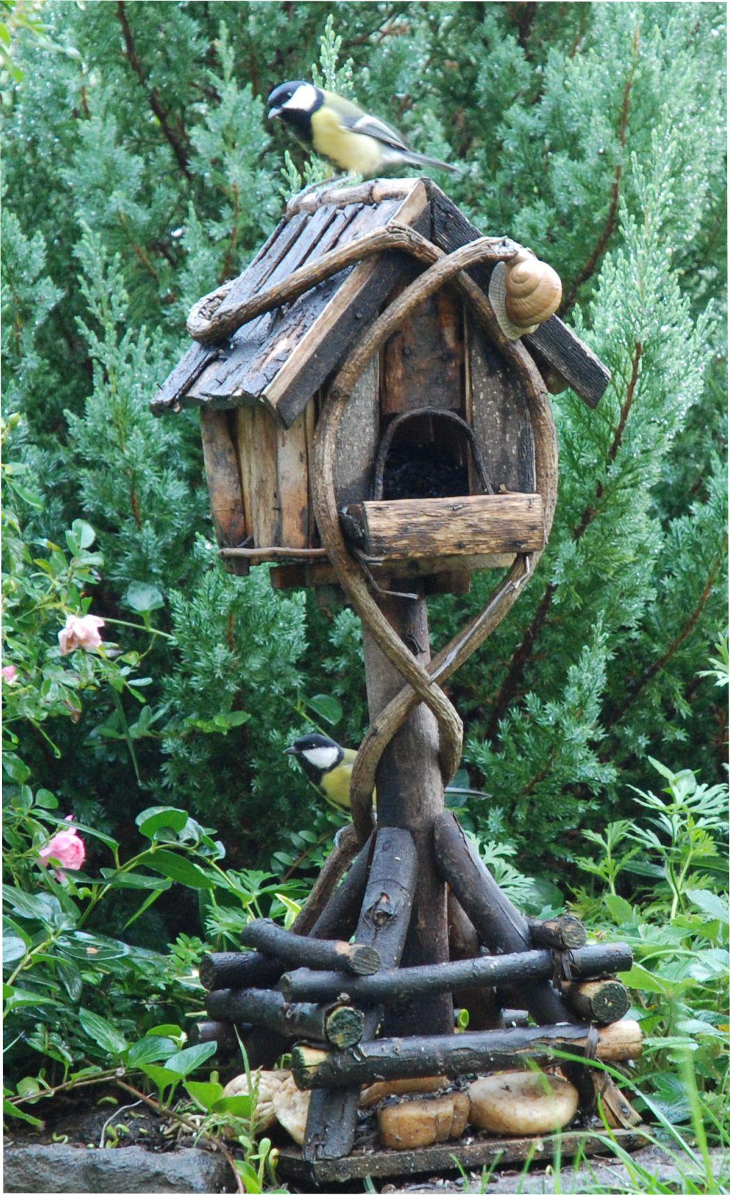 Ez nem egy tipikus madáretető, de a mi madaraink (és csigáink) szeretik!