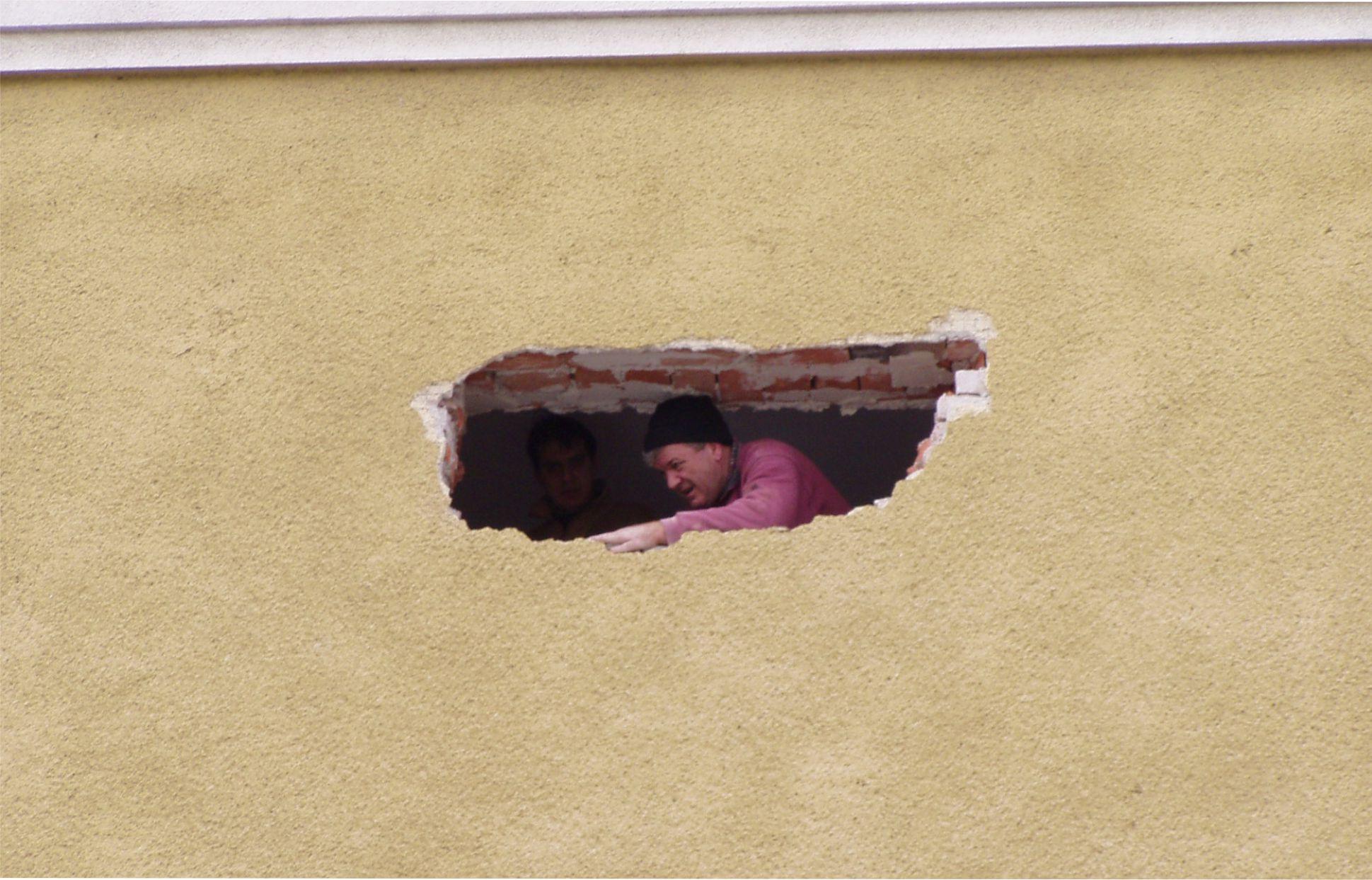 Az egyik kedvenc fotóm arról a pillanatról, amikor ablakot vágtunk a régi lakásunk északi részén.