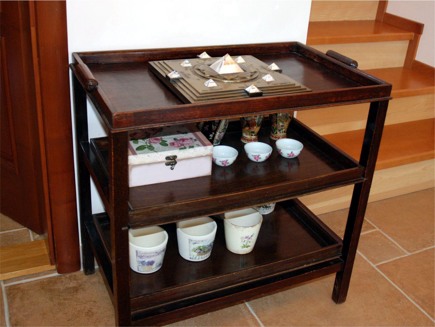 A Vaszati piramist a ház közepén szoktuk elhelyezni, ahol viszont nem kedvező a sötét szín - ezt a kis asztalkát le kellene cserélni...