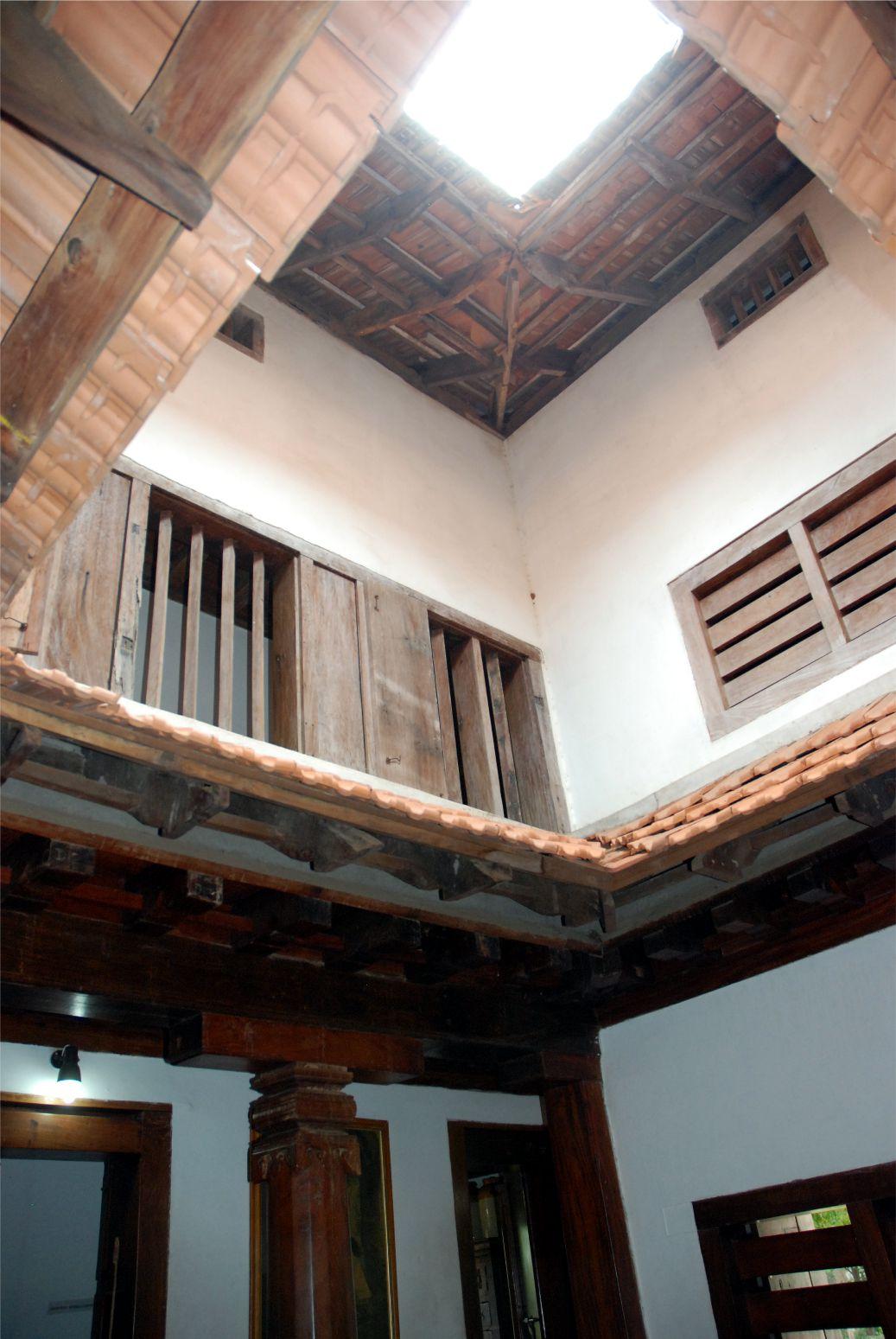 Ennek kétszinten lakóháznak is nyitott a közepe az ég felé. A nyitott középső részt körülvevő kis folyosóról nyílnak a szobák.