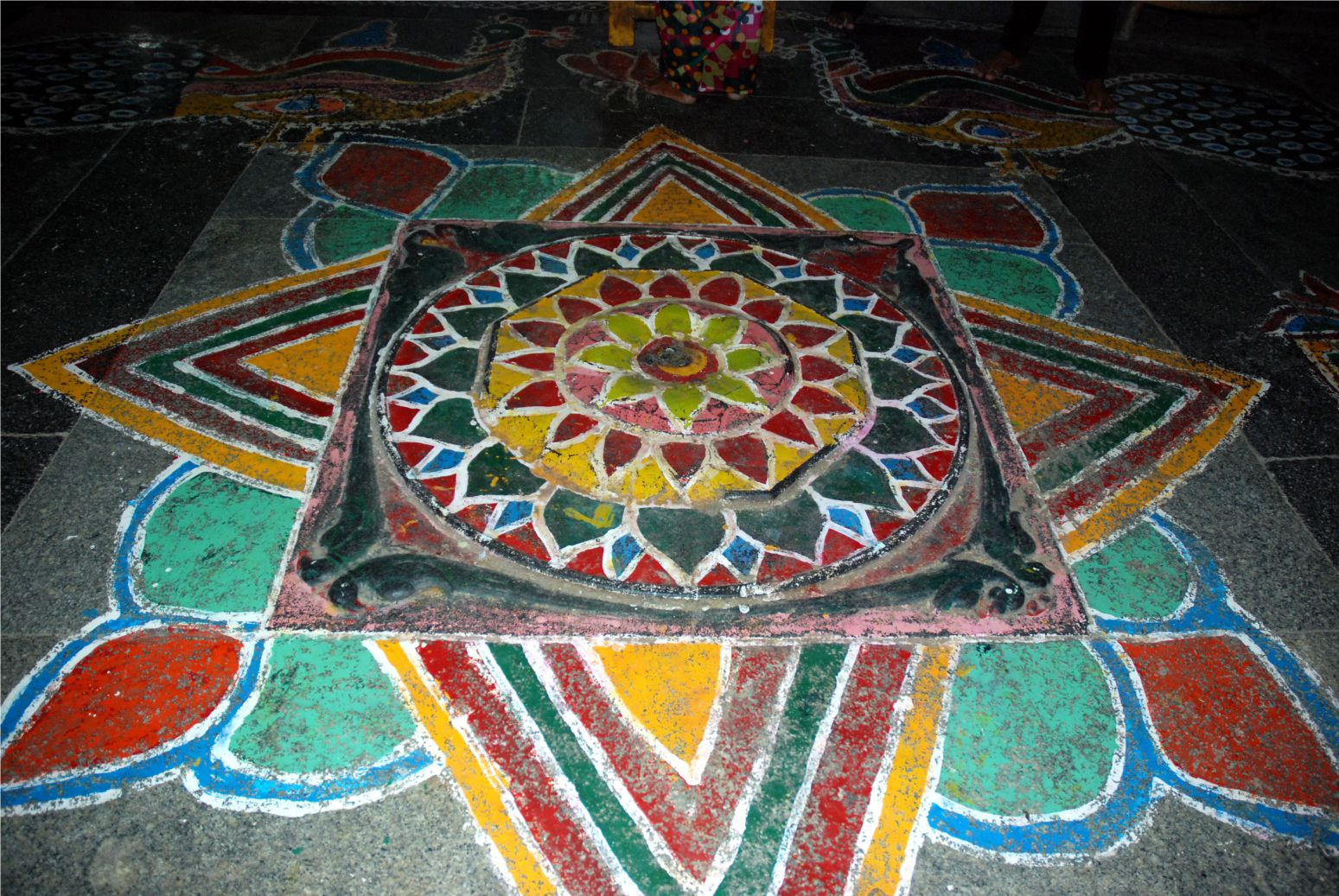 Kanchipuramban az egyik templom padlóján fotóztam ezt a csodaszép mandalát. (Ez tartós festékkel készült, nem kell minden nap újra rajzolni.)