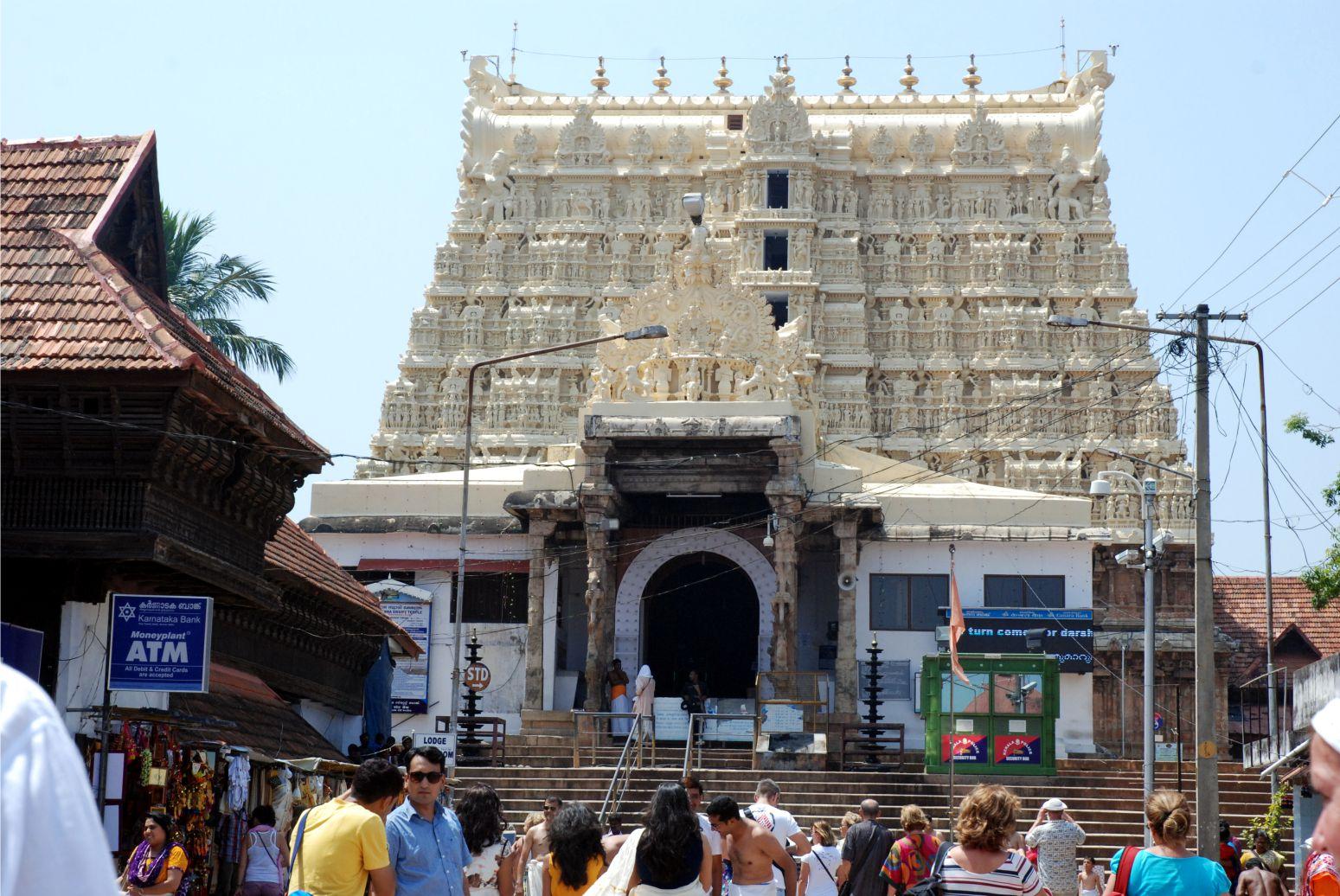 Gondolnád, hogy ez a viszonylag egyszerűbbnek számító gopuram a világ leggazdagabb templomának főkapuja? Sajnos mi, európaiak csak a kapuig jutottunk be, ahol egy gépfegyveres ő gondoskodott róla, hogy ne menjünk tovább...