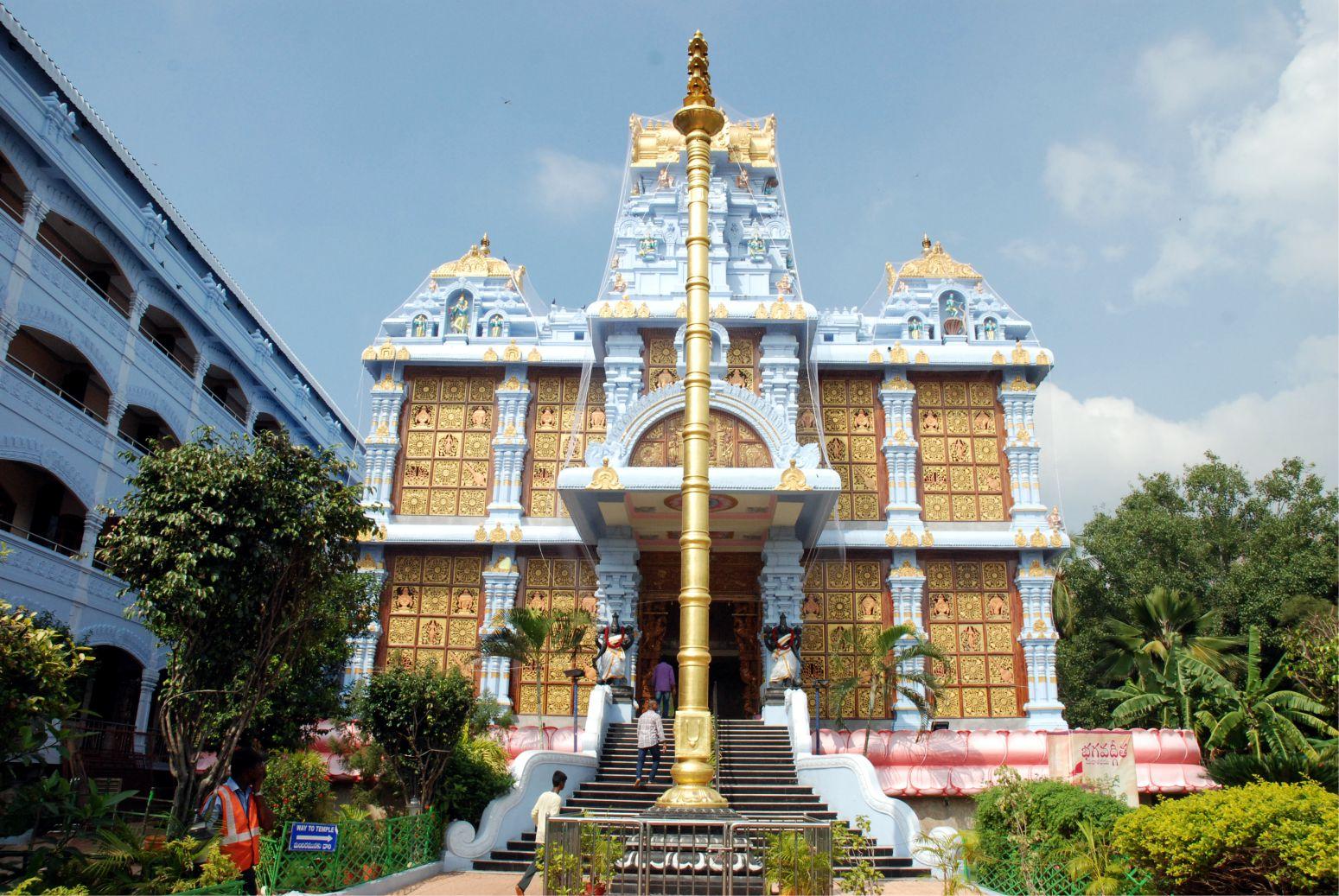 Tirupati, ISCKON templom főbejárata (természetesen keleten), a templomtól délre a vendégház, ahol mi is megszálltunk.