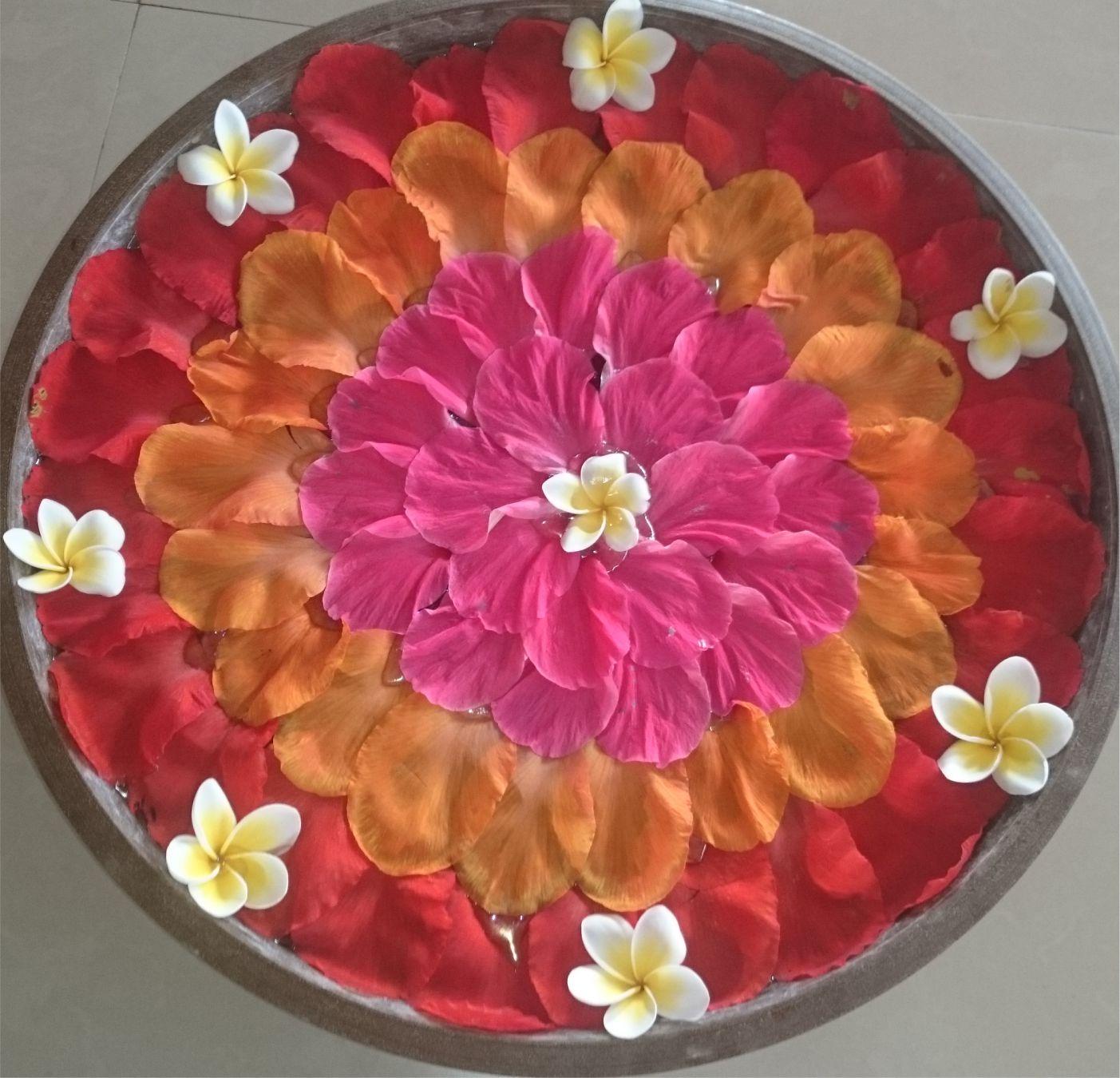Ez a szépség virágszírmokból készült. A szirmok egy tál vízben úsznak, hogy egész nap frissek maradjanak.