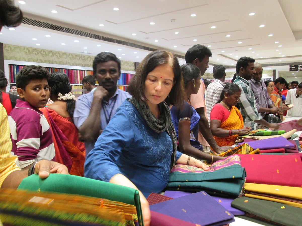 A háromnapos Dipavali első napján még nyitva vannak a boltok. A többiekhez hasonlóan mi is tülekedtünk és vásároltunk, pont úgy, mint az Indiaiak... (A kép Hargitai Dóra lesifotója)