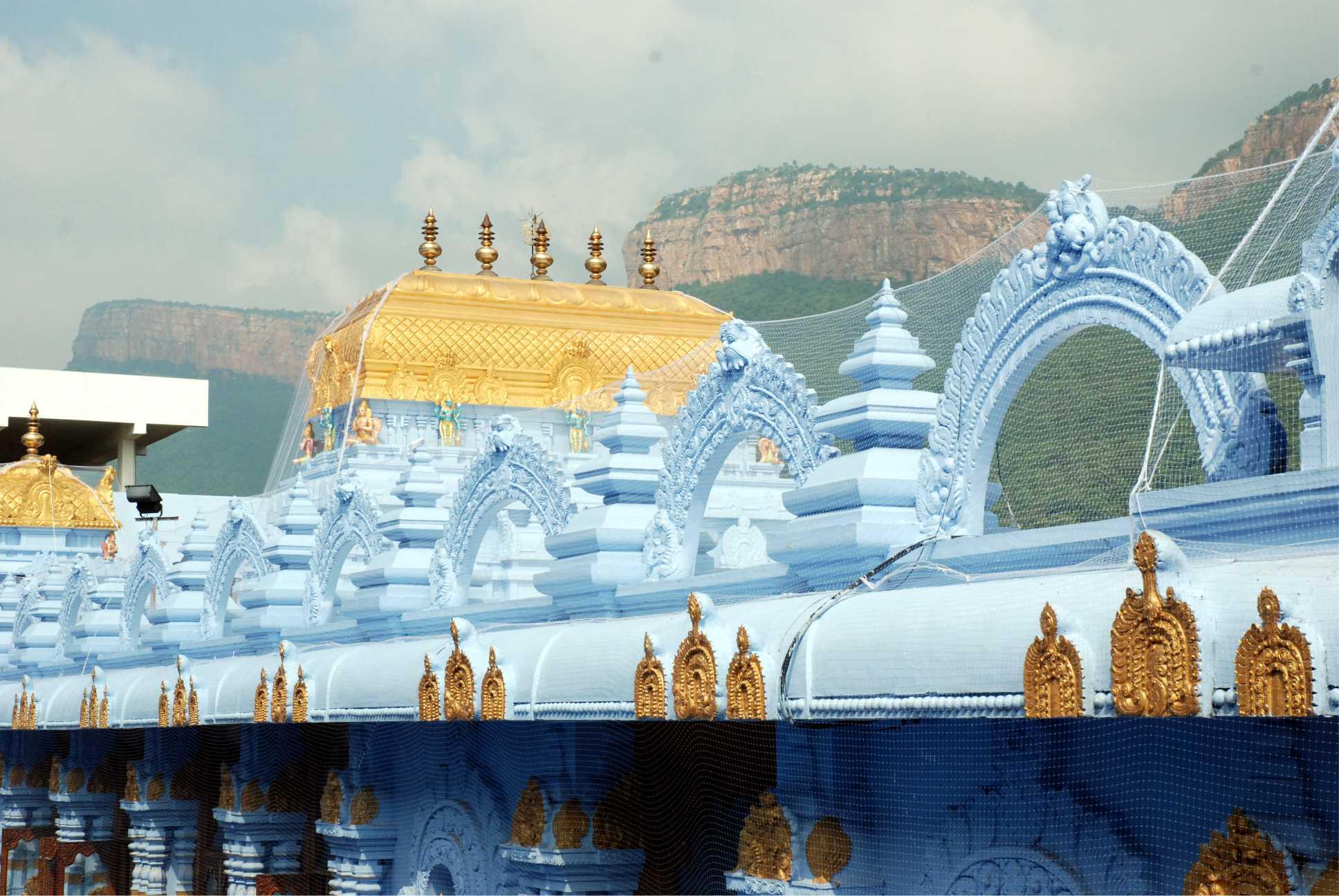Az aranyszínű kupola jelzi a főoltár helyét. A tetőt burkoló háló a galamboktól védi a tetőt, több-kevesebb sikerrel.