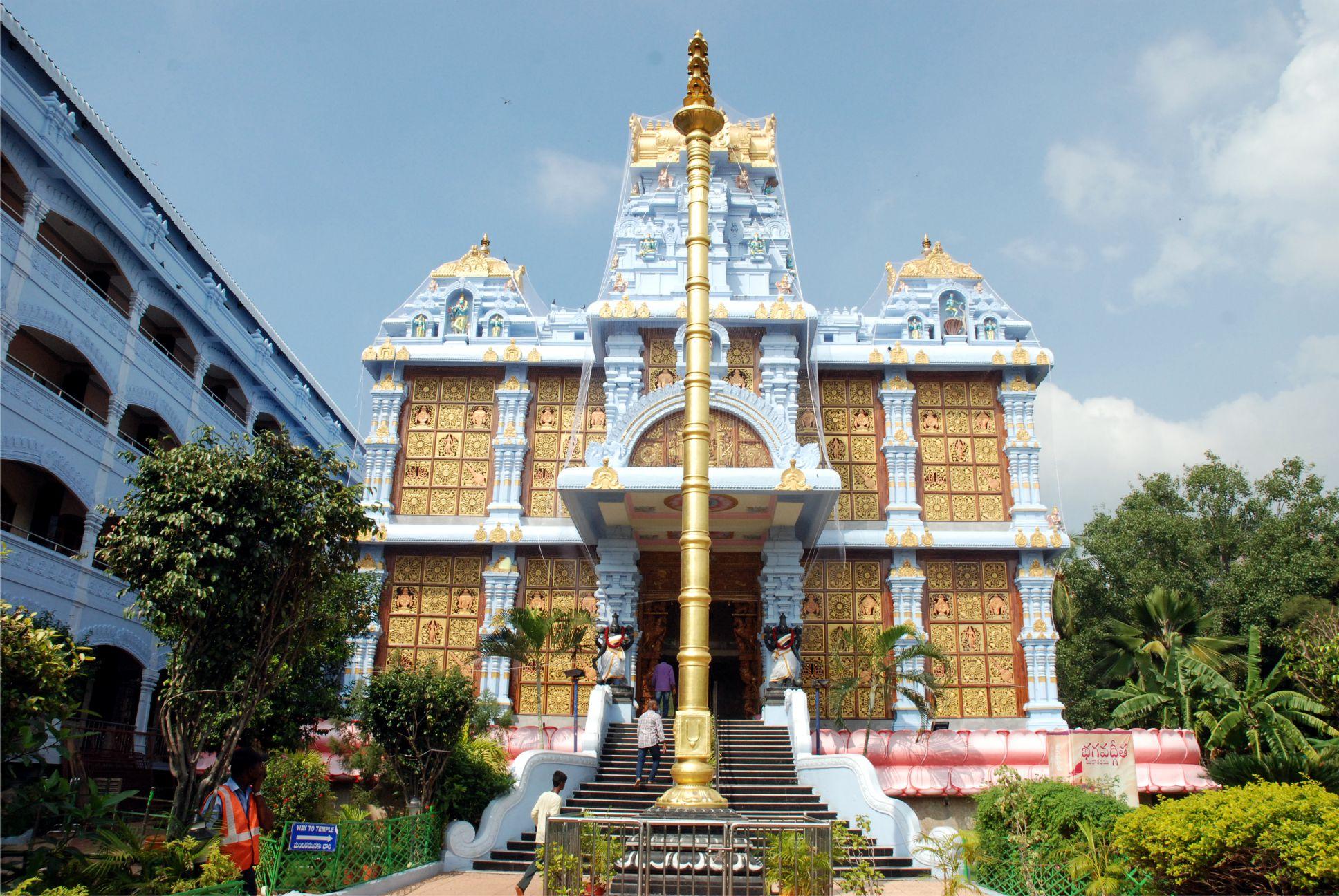 A templomépület keleti homlokzata a főbejárattal