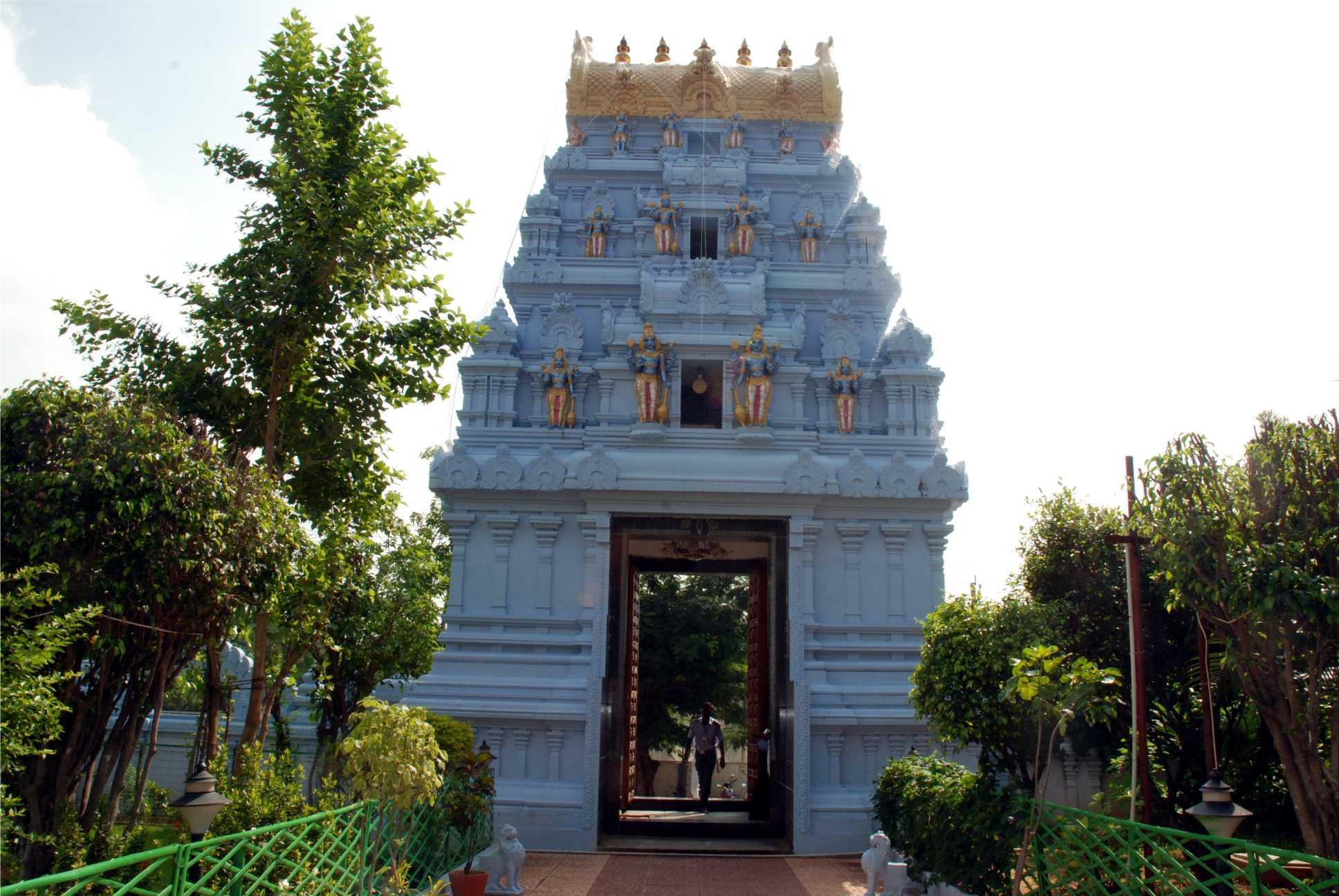 A dél-indiai templomok fő jellegzetessége, a gopuram (ami a főkaput jelenti) itt is megtalálható