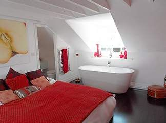 Jajj! A fürdőkád mellé még piros szín is társult! Mit jósolunk annak a párnak, aki itt alszik és fürdik?