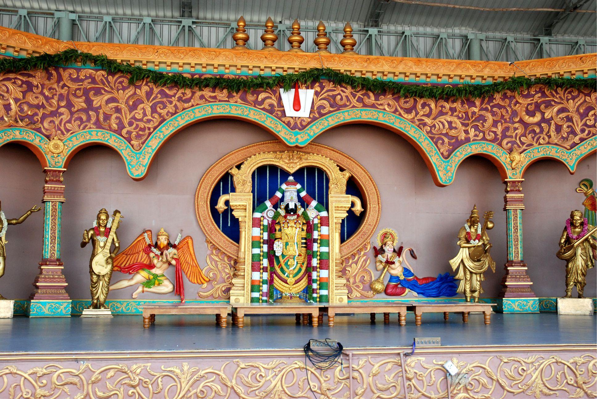 Középen Balaji másolatát láthatod, különböző félistenek társaságában.