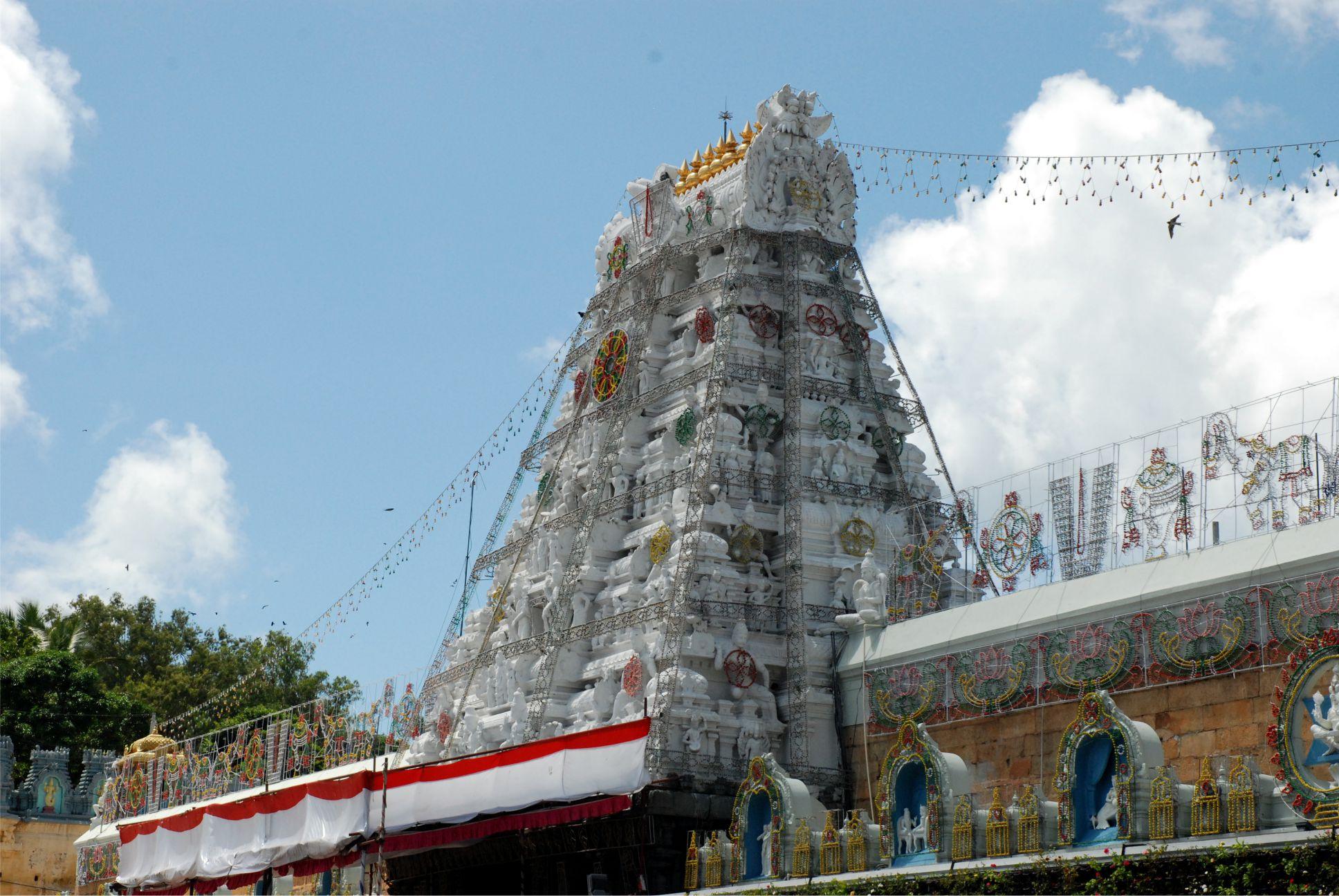 Ez a telmplom fő gopuramja, azaz főkapuja. (Mi egyébként nem itt mentünk be, hanem a zarándokok részére kijelölt kicsit labirintus szerű útvonalon.