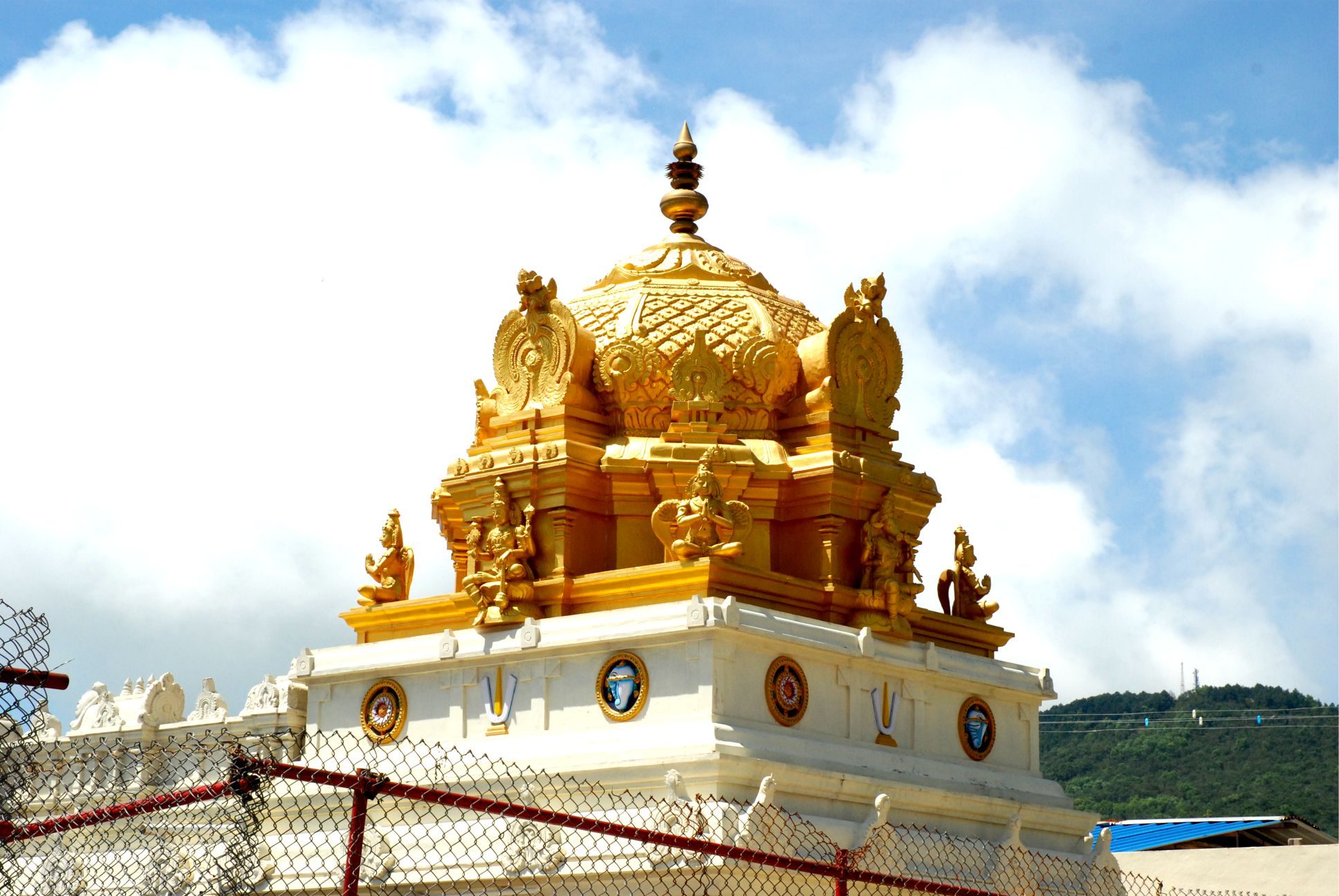 A kupola valódi arannyal van borítva.