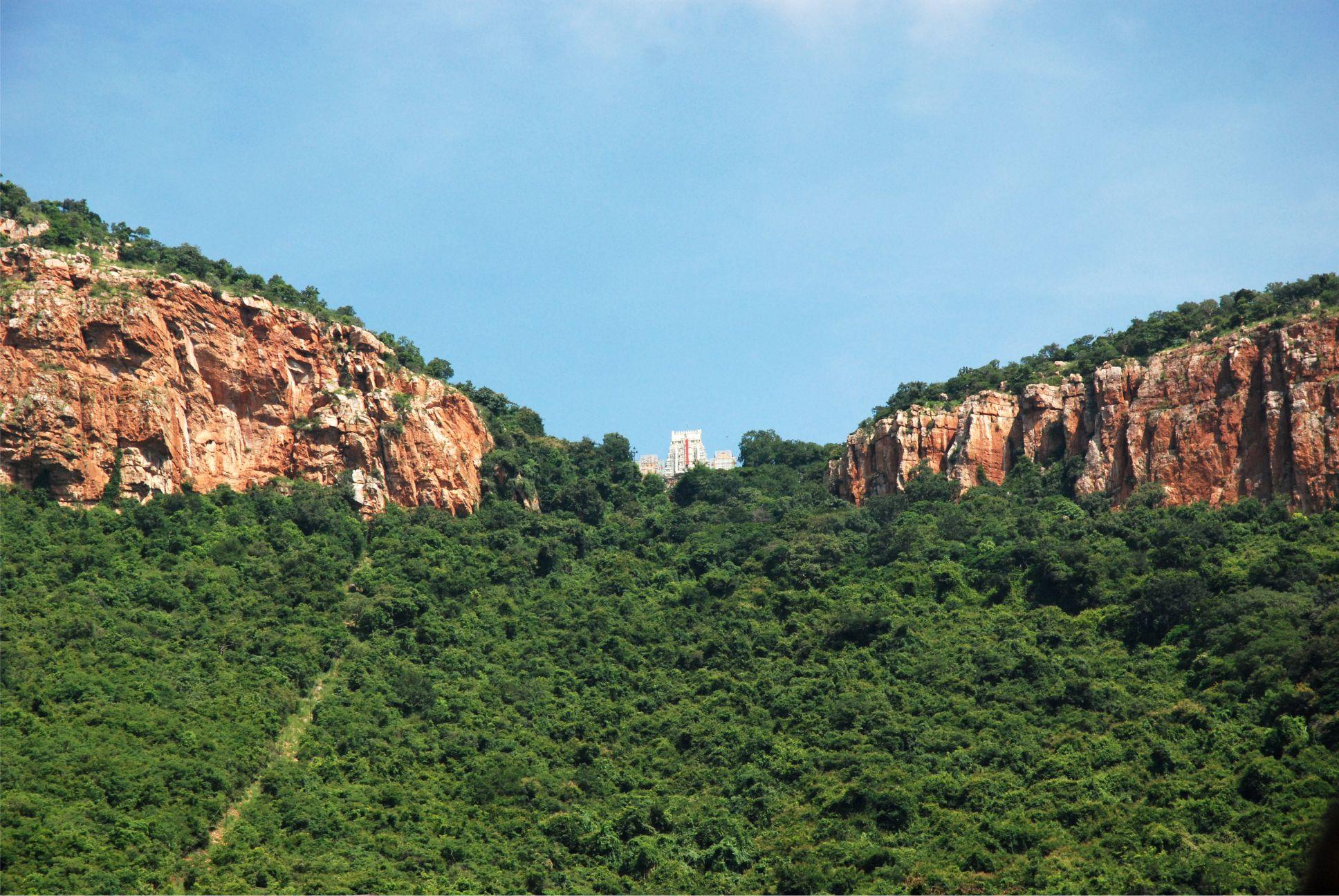 Még fényképen nézve is érezhető a Tirumala hegy különleges, lelki kisugárzása.