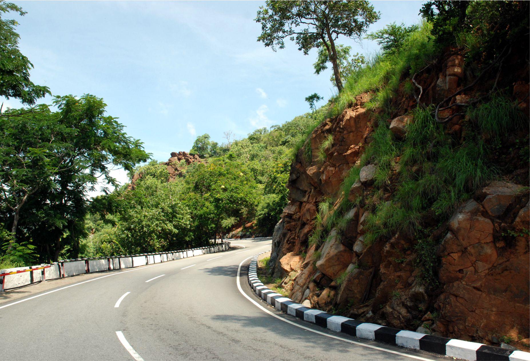 Valahol itt, a Tirumala hegyen pihen Varaha-deva és itt lakik Balaji is.