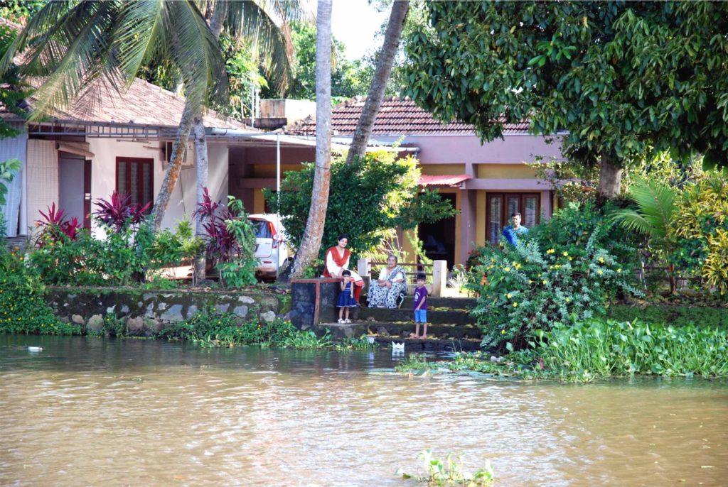 Melegebb éghaljaton még ma is teljesen természetes, hogy az emberek az idejük nagy részét odakint töltik. (A kép India gazdagabb részén, Keralában készült, ahol igazán szép és nagy házaik vannak az embereknek.)