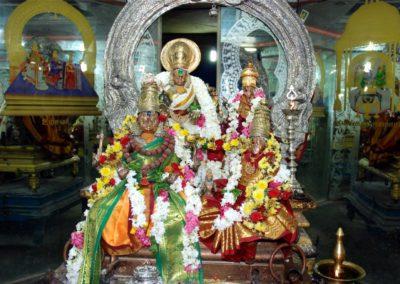 Az oltáron Sivat és Parvatit imádják. Ezekben a régi templomokban gyakran ugyanannak a személynek több murti (szobor) formája is ott van az oltáron, mint ahogyan itt is.