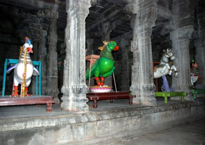 Ezekek a furxsa jármű-állatokat a templomi fesztiválok alkalmával hasznáják. A képen egyúttal megfigyelheted a dél-indiai templomok másik jellegzetességét, az oszlopcsarnokot.