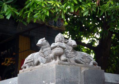 A csodaszép szoborcsoport mögött látod a 3500 éves mangófát.
