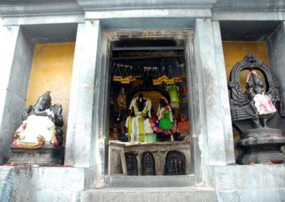 A mangófa alatt szintén van egy kis oltár Sivával és Parvatival. A két oldalán a fiaik, Ganesa és Kartikeya láthatók.