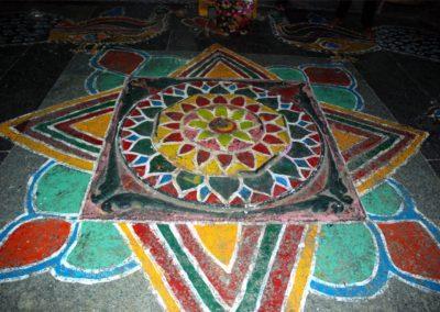 A templom padlójára több helyén színes mandalákat festettek.