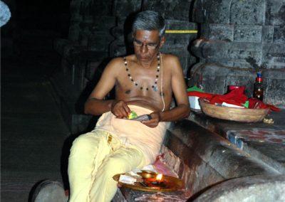 Egy idős brahmana - pap - a templom belsejében.