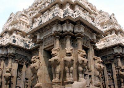 """A Kailasanatha templom egy Sivának szentelt templom. A Siva templomok állandó """"szereplője"""" Nandi, Siva bikája, aki általában az oltárral szemben ül, hogy láthassa az urát."""