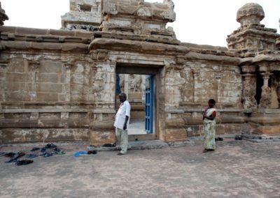Indiában az a szokás, hogy nem lépnek cipővel a templomba, emiatt a templomok előtt mindenki otthagyja a papucsát. (Van, ahol vigyáznak rájuk, van, ahol nem.)