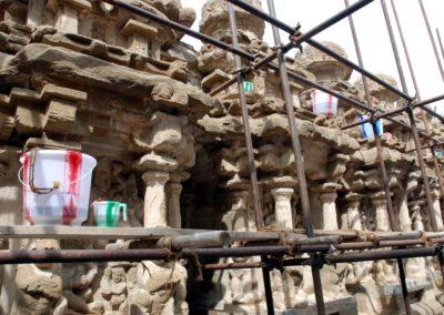 Felújítási munkákat végeznek, aminek jellegzetes eleme a bambuszból készült állvány és a csíkos fröccsöntött vödör és kancsó.