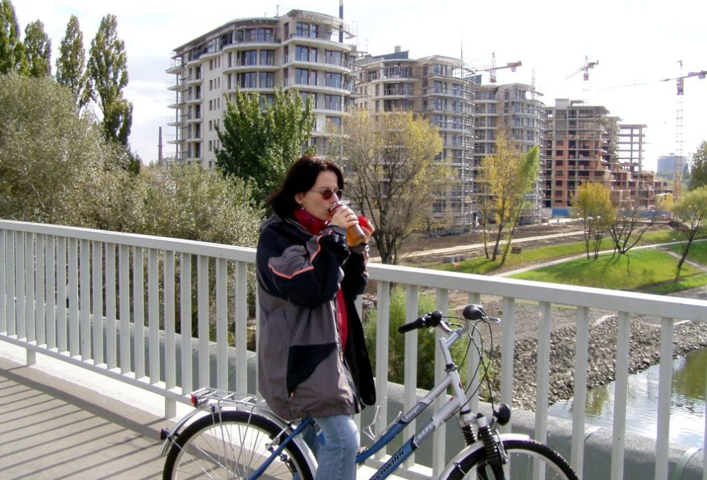 Amikor még Budapesten laktunk, sokat nézegettük ezeket az újonnan épülõ Duna-parti lakásokat. Két gond volt velük: az egyik, hogy nyugaton volt a Duna, ami nem a legkedvezõbb, és lakások sem igazán voltak jól berendezhetõek...