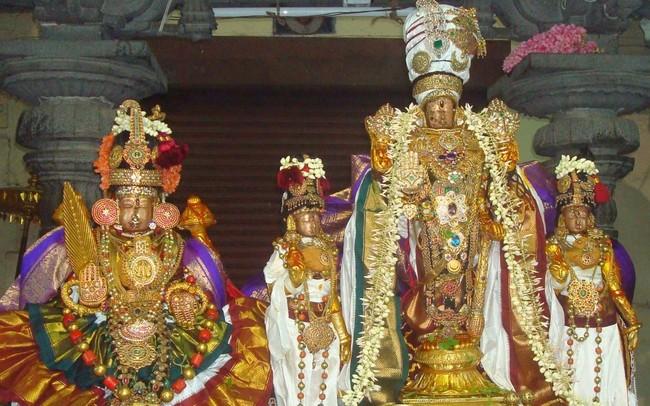 Jobbra középen áll Varadharaja 3000 éves murtija, a baloldali szintén Varadharaja formája,Aki a Satya-yugából (az aranykorból, tehát több millió évvel ezelőttről) származik.