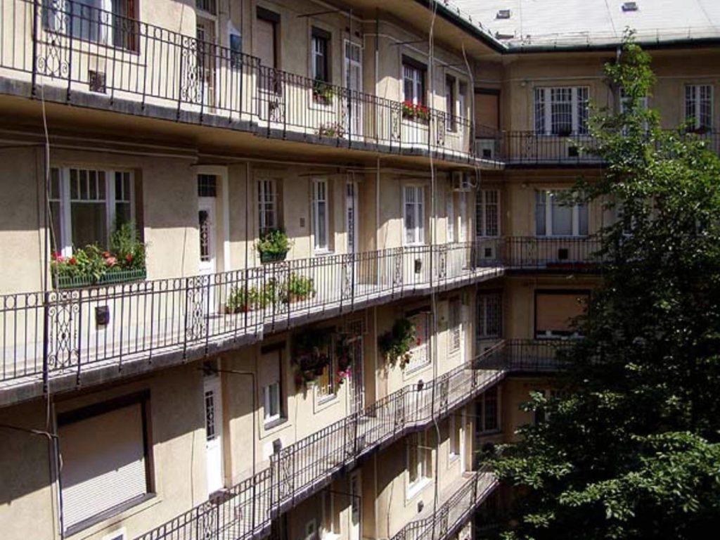 A függõfolyosós lakásoknál is lehetséges teljes értékû keleti bejáratot találni és mellette még más ablakokat is kelet felé.